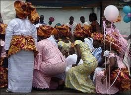 femmes en tenue traditionnelle à Porto-Novo