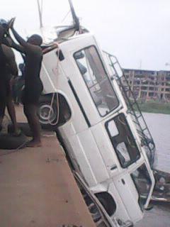 Minibus écroulé dans la lagune de Porto-Novo