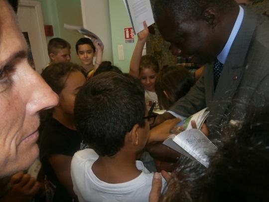 Le Ministre dédicace un livre aux enfants Photo: Sinatou Saka