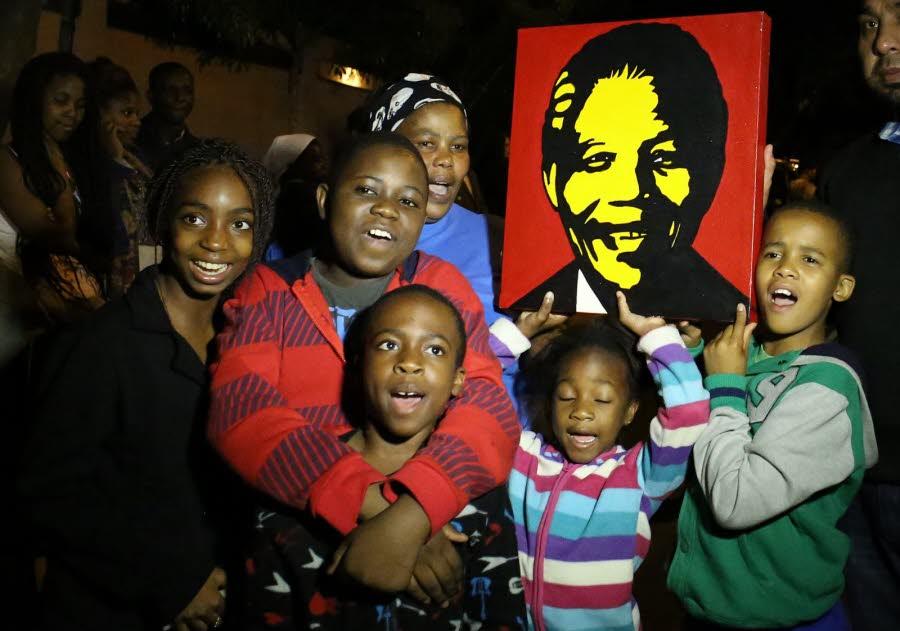 de-jeunes-sud-africains-nes-bien-apres-la-fin-de-l-apartheid-rendent-hommage-a-nelson-mandela-apres-l-annonce-de-sa-mort-afp